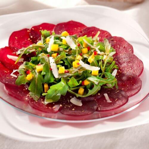 Carpaccio von Roter Beete mit Mango-Rucola-Salat